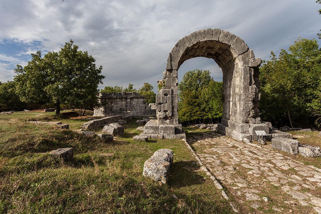 Arco di San Damiano (ingresso settentrionale della Via Flaminia)