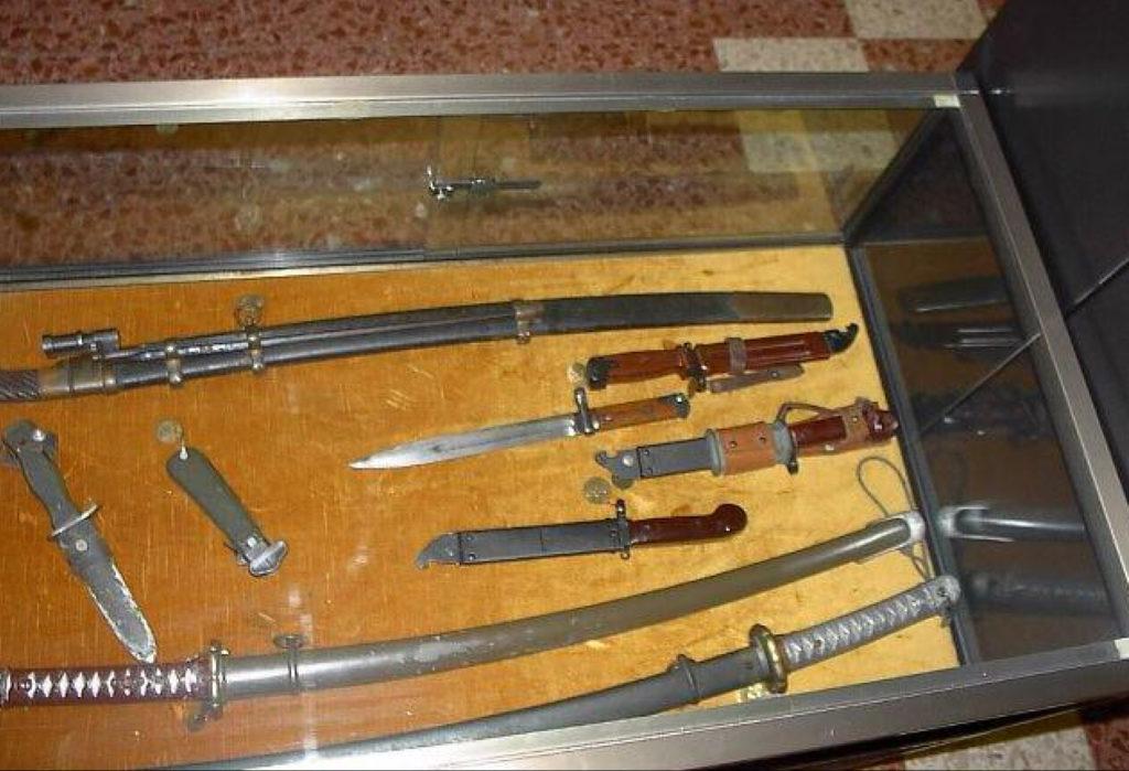 Teca con spade (nihontō), baionette e altre armi leggere.