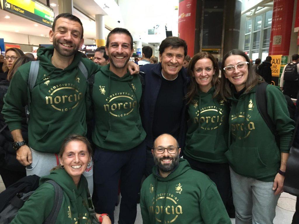 Gianni Morandi ed alcuni ragazzi della Ternana Marathon